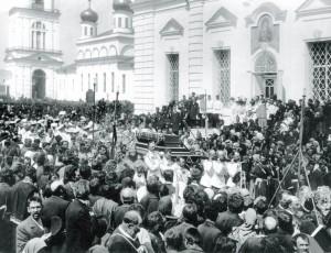 Государь Николай II несет святые мощи старца Серафима Саровского, 1903 год